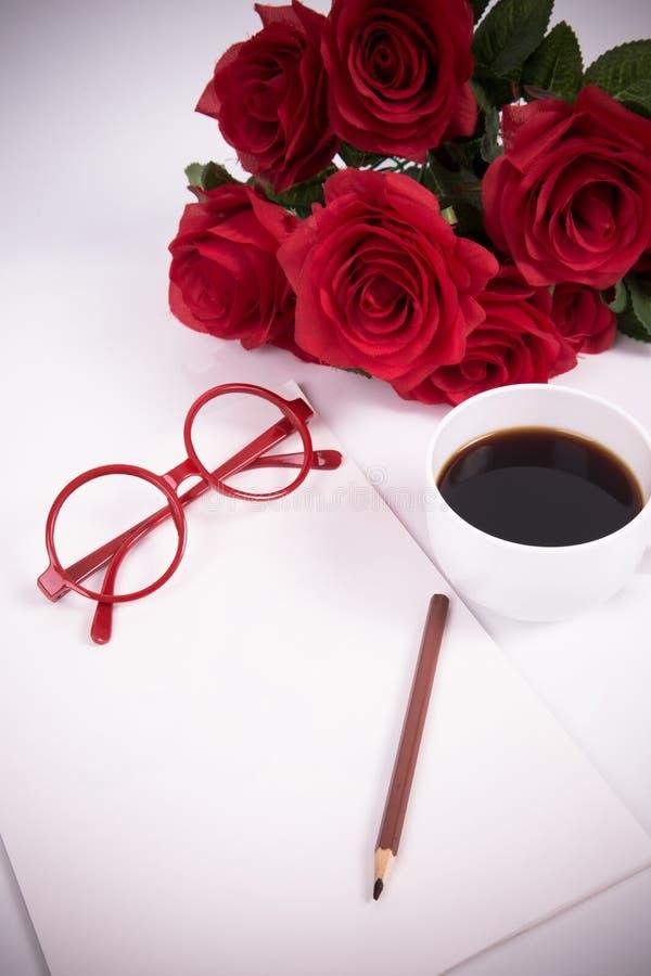 Papel en blanco con café, vidrios y rosas imágenes de archivo libres de regalías