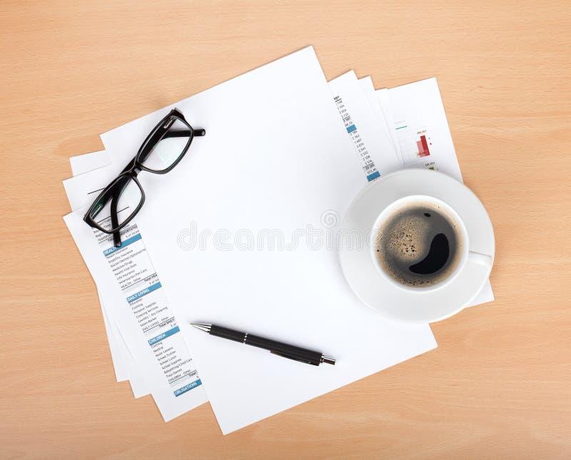 Papel en blanco con la pluma, los vidrios y la taza de café fotografía de archivo libre de regalías