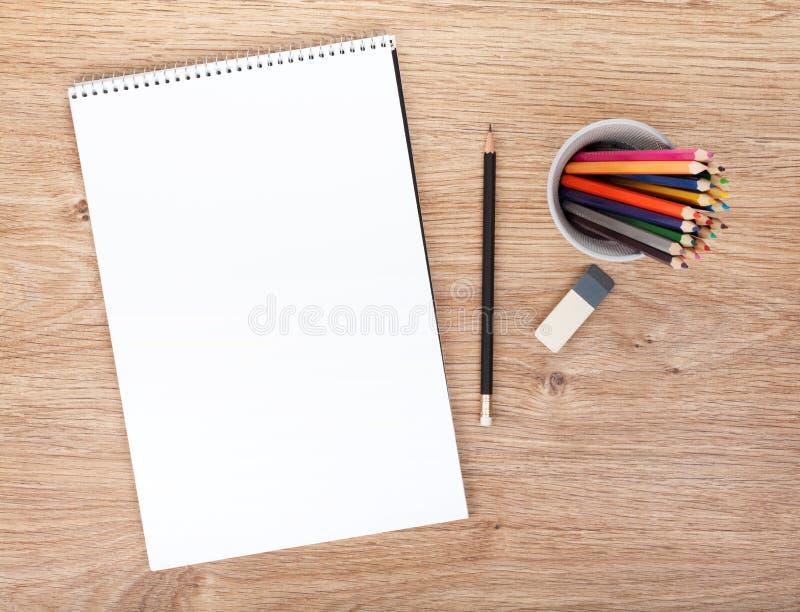 Papel en blanco y lápices coloridos imagenes de archivo