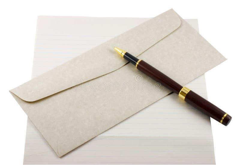 Papel, envelope e pena de letra