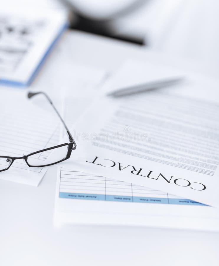Papel firmado del contrato con los vidrios foto de archivo - Papel para vidrios ...