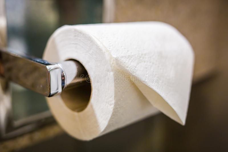 Papel higiénico blanco rodado fotos de archivo libres de regalías