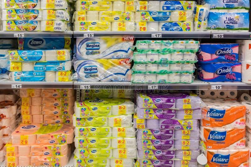 Papel higiénico en estante del supermercado fotografía de archivo