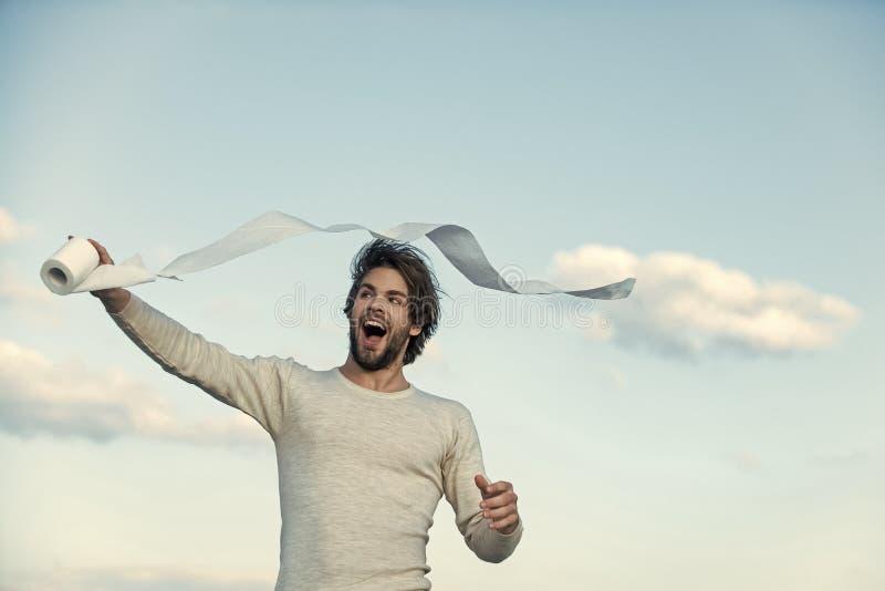 Papel higiénico Homem no roupa interior com cabelo bagunçado, manhã foto de stock