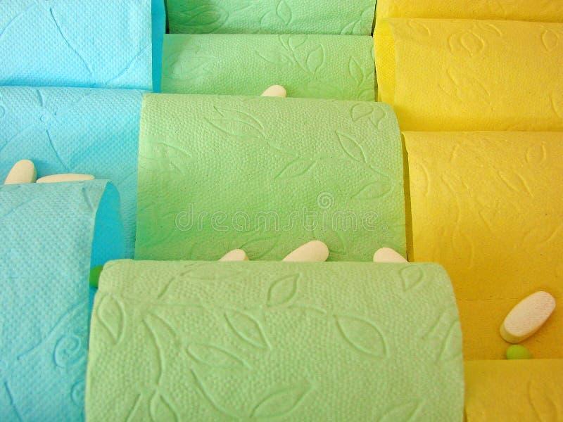 Papel higiênico e comprimidos coloridos nele fotos de stock royalty free