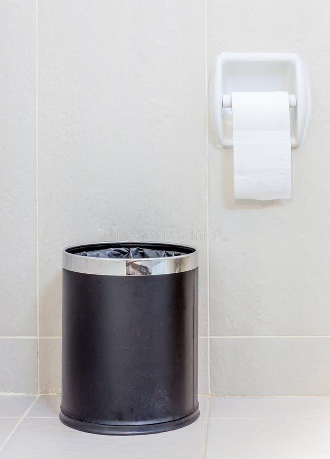 Papel higiênico e trashcan no toalete branco da higiene fotos de stock royalty free