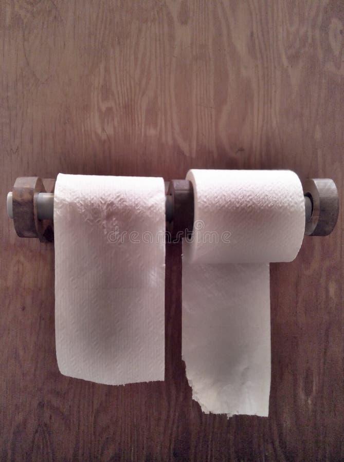 Papel higiênico Rolls na parede de madeira imagens de stock