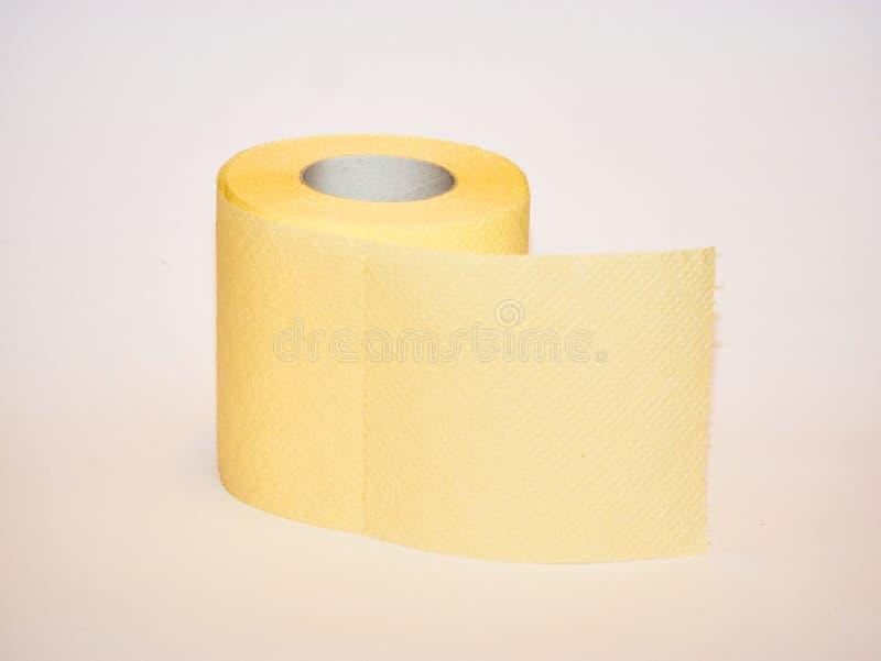 papel higiênico, rolo de papel amarelo do tecido isolado no fundo branco imagens de stock royalty free