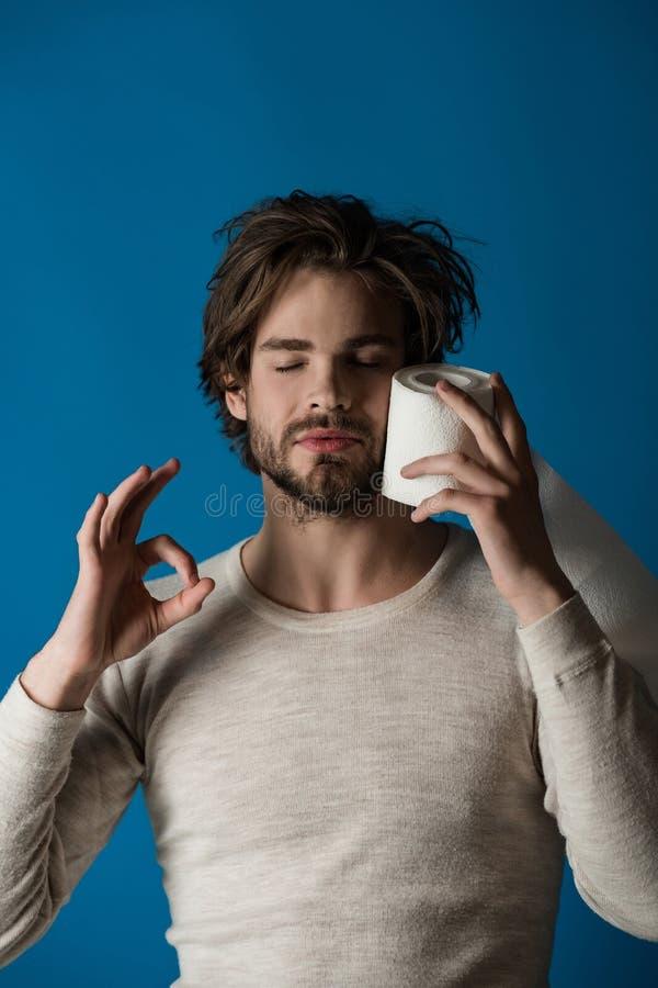 papel higi?nico so?oliento del control del hombre y gesto aceptable de la demostraci?n, diarrea fotos de archivo