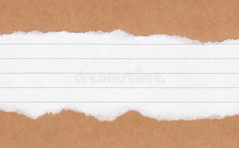 Papel marrom rasgado close up no fundo da textura do Livro Branco do grunge Nota de papel do rasgo, folha de papel marrom com esp fotografia de stock