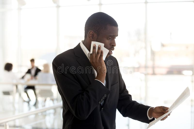 Papel masculino preto nervoso da leitura do orador que prepara-se para o sp público foto de stock royalty free