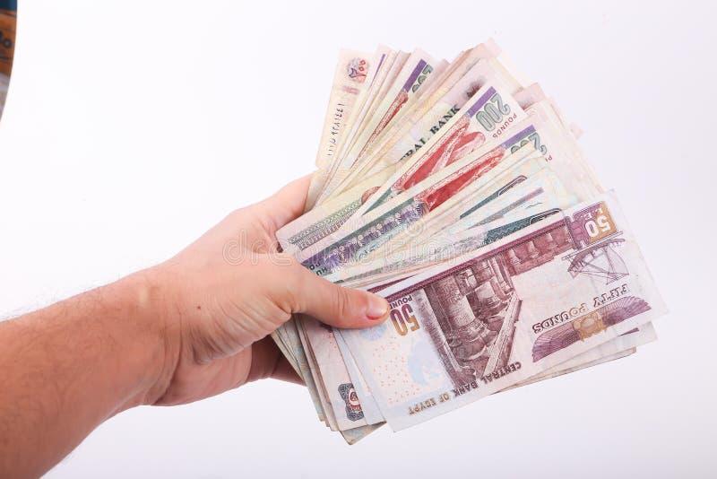 Papel moeda do egípcio da posse da mão foto de stock