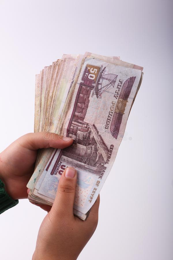 Papel moeda do egípcio da posse da mão imagens de stock