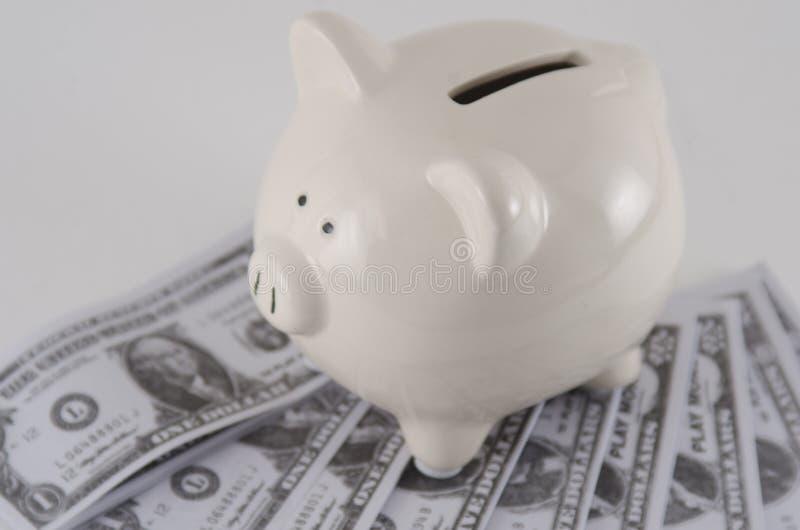 Papel moeda em um mealheiro imagens de stock royalty free