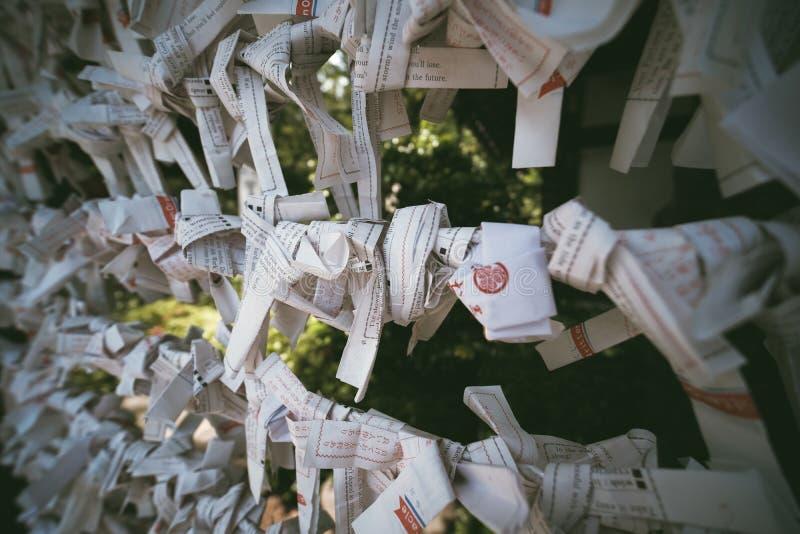 Papel para bendecir en el templo de Zojoji fotografía de archivo libre de regalías