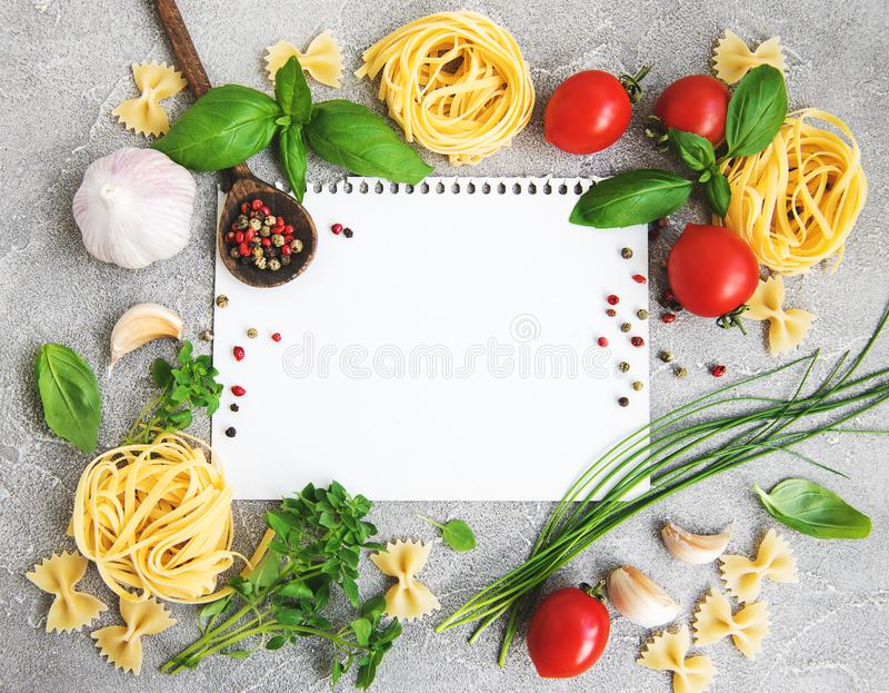 Papel para las recetas, las verduras y las especias fotografía de archivo