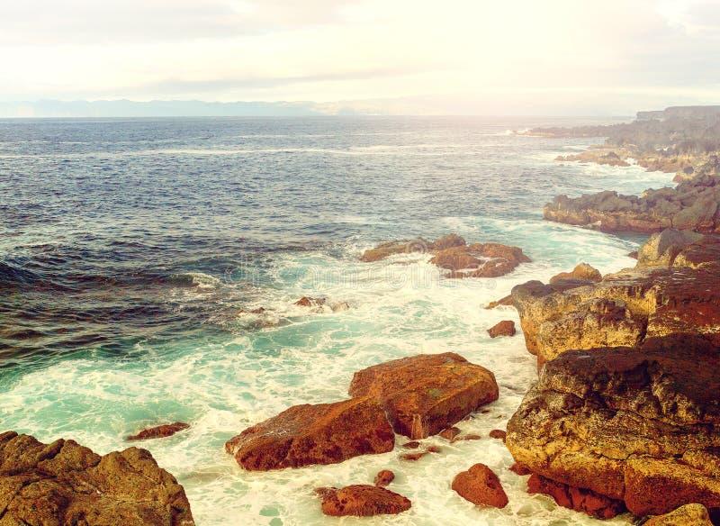 Papel pintado de las islas de Azores Océano Atlántico, cielo nublado y c rocosa fotos de archivo libres de regalías