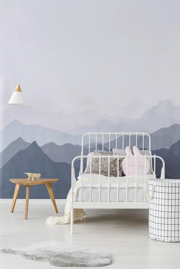 Papel pintado de las montañas en dormitorio del niño imagen de archivo