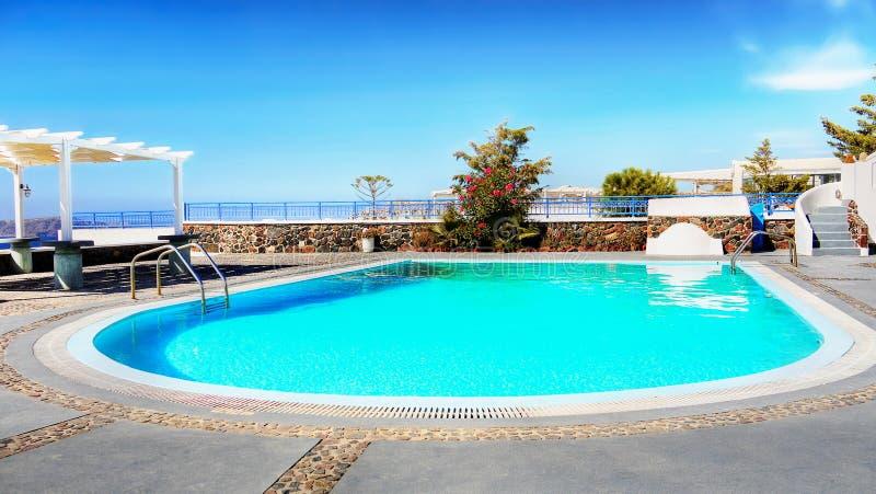 Papel pintado del teléfono móvil, piscina ideal de la relajación de las vacaciones del verano foto de archivo