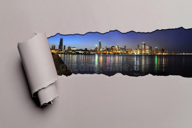 Papel rasgado con el horizonte de Chicago foto de archivo libre de regalías