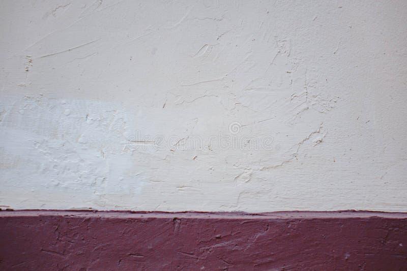 Papel rasgado sobre un fondo rojo en blanco para el mensaje fotografía de archivo libre de regalías