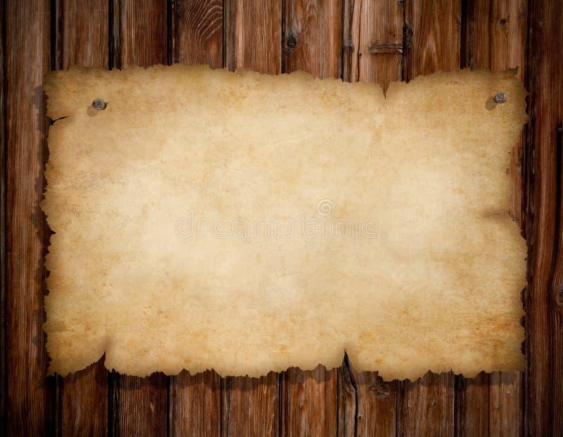 Papel rasgado velho na parede de madeira do grunge foto de stock