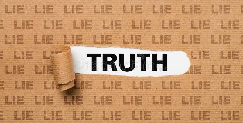 Papel rasgado - verdad o mentira imágenes de archivo libres de regalías