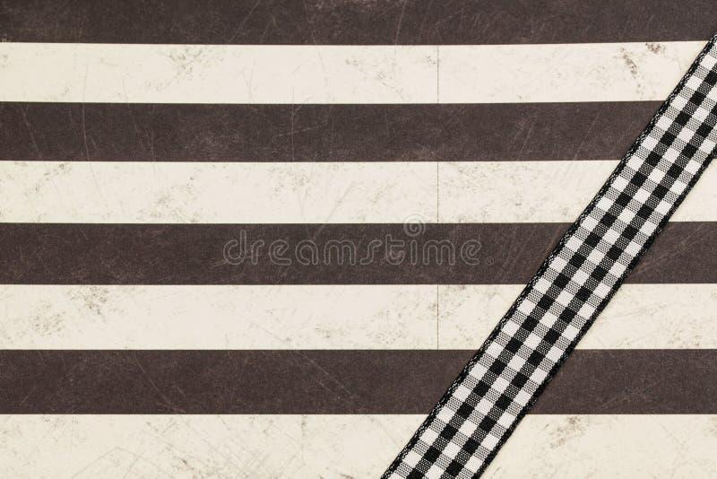 Papel rayado con la cinta de la tela escocesa imagenes de archivo