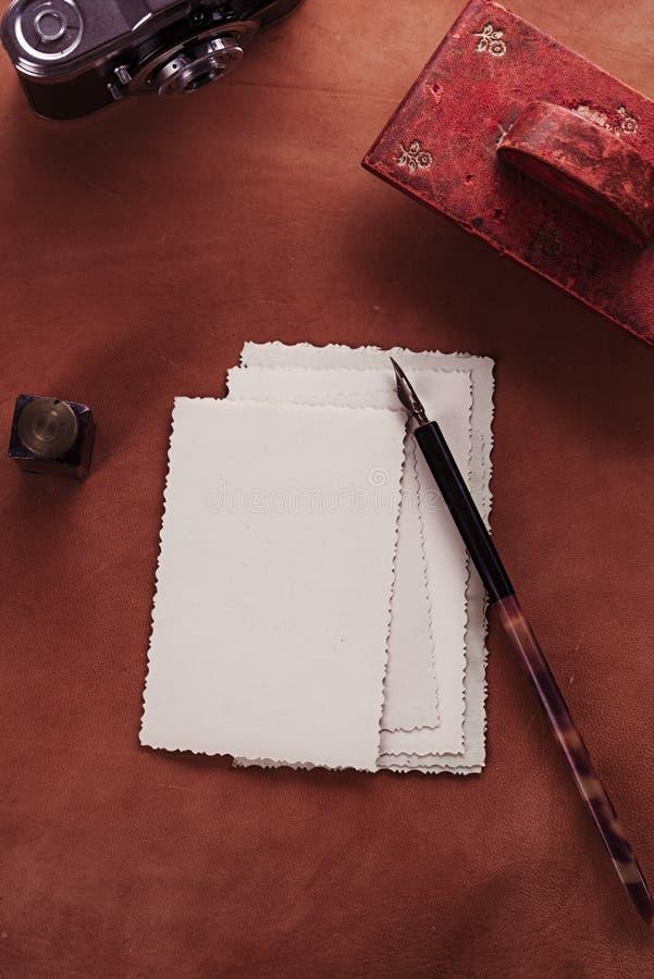 Download Papel Secante De Cuero Rojo De La Tinta Del Vintage Con Las Postales Retras En Leathe Foto de archivo - Imagen de blank, poste: 44857786