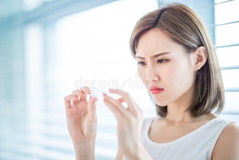 Papel secante del aceite del uso de la mujer fotos de archivo libres de regalías