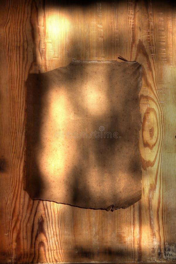 Papel sujo velho na prancha de madeira dura fotos de stock