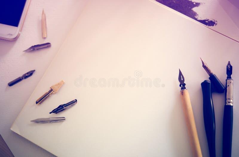 Papel, tinta y plumas de la caligrafía Detalles del taller de las letras fotografía de archivo libre de regalías