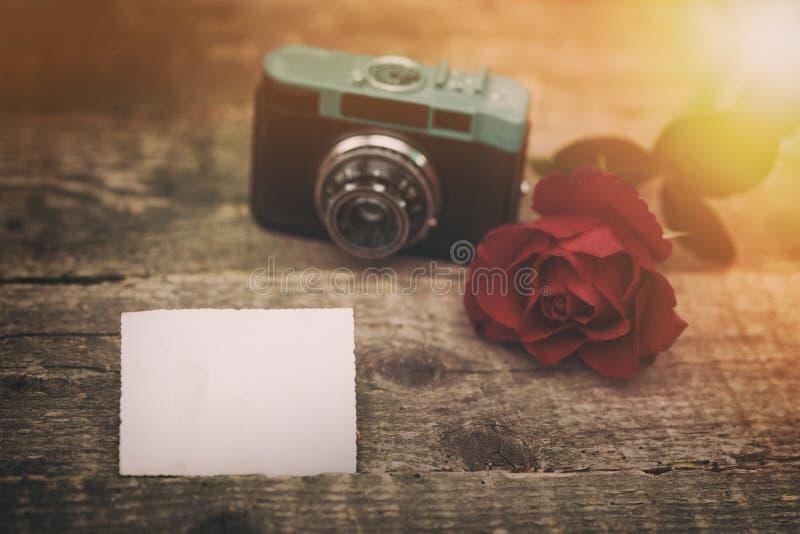 Papel vacío para el texto con la cámara y la rosa retras foto de archivo