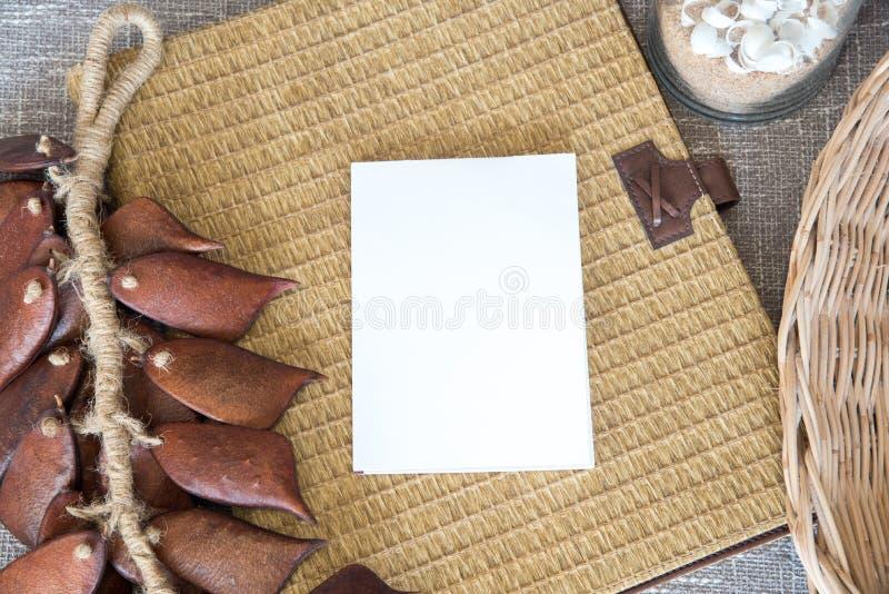papel vazio branco com fundo do vime fotos de stock