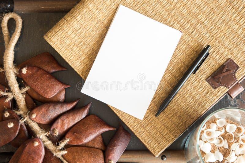 papel vazio branco com fundo do vime foto de stock