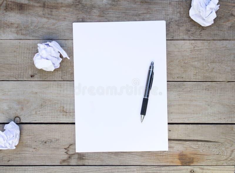 Papel vazio com as bolas de papel amarrotadas na tabela de madeira imagem de stock royalty free