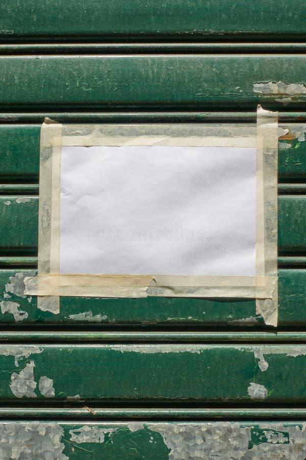 Papel vazio com a fita escocêsa na porta fechado imagem de stock