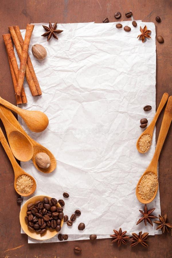 Papel vazio para receitas sobre o fundo de madeira com café e s foto de stock