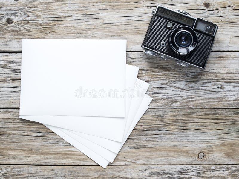 Papel velho da câmera e da foto fotos de stock
