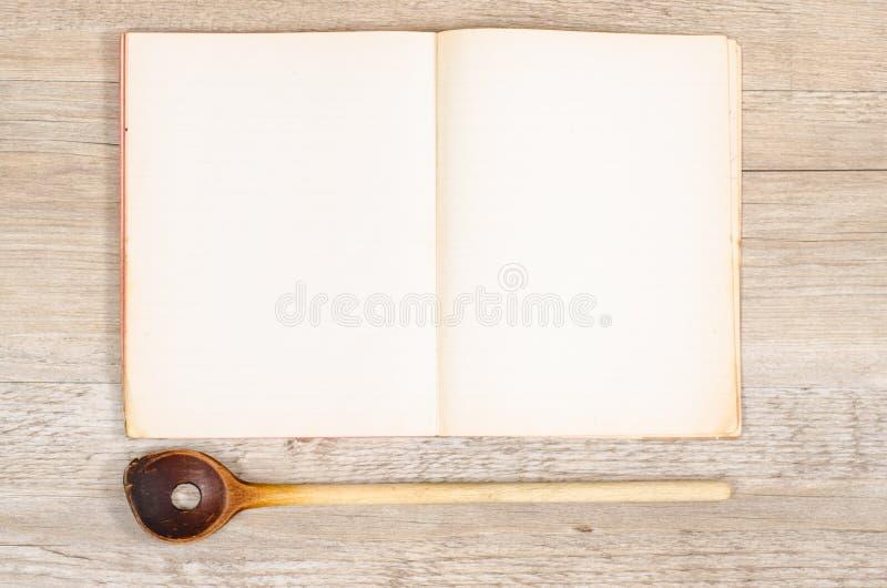 Papel velho de um livro com espaço de madeira spoan e do texto fotografia de stock royalty free