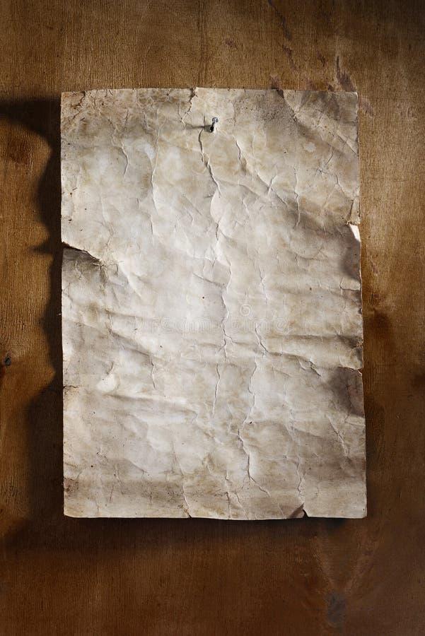 Papel velho na madeira marrom foto de stock