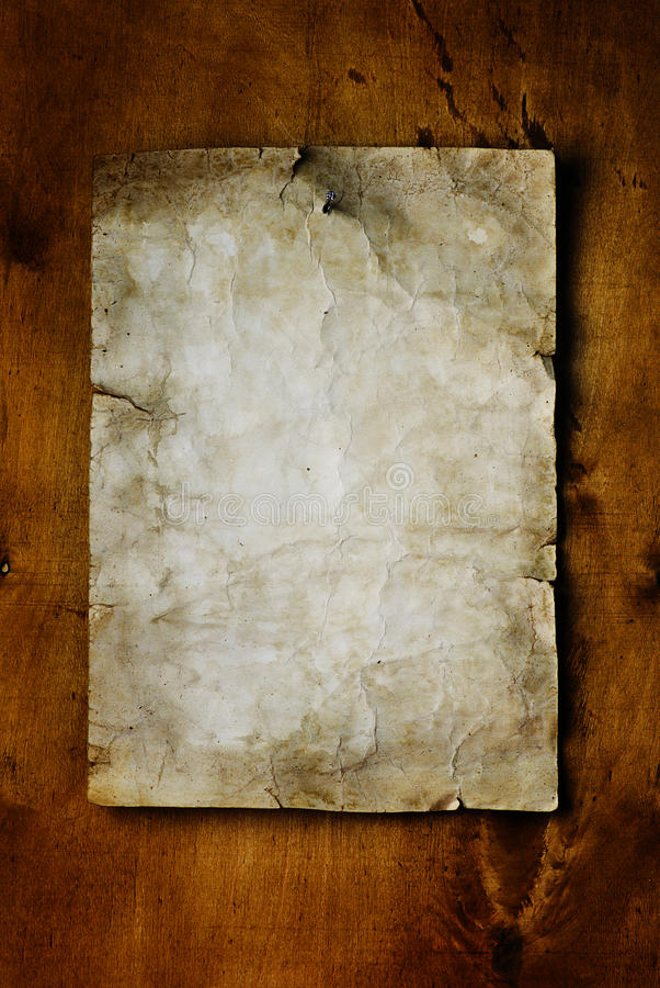 Papel velho na madeira marrom fotografia de stock royalty free