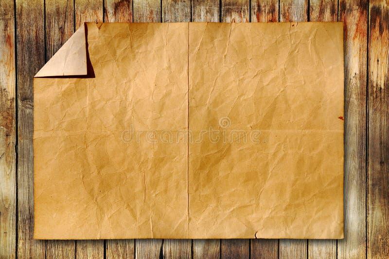 Papel velho no fundo de madeira imagem de stock royalty free