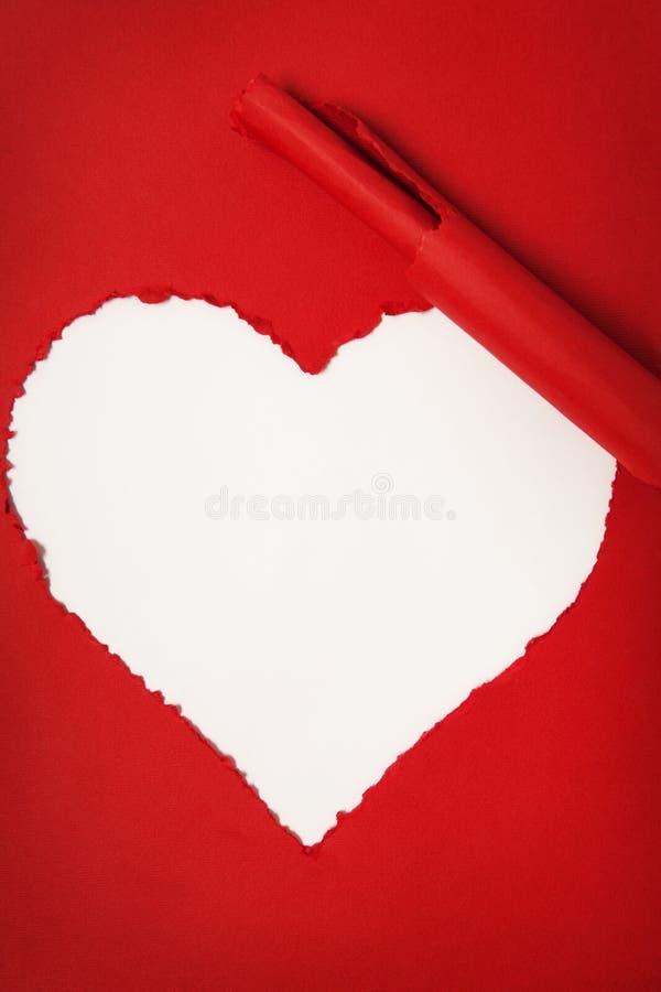 Papel vermelho rasgado sob a forma do coração fotografia de stock royalty free