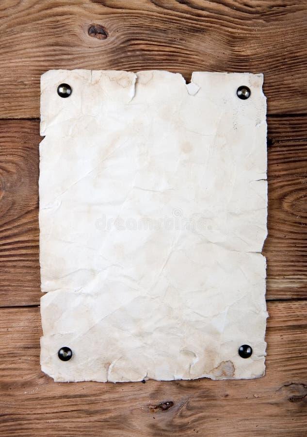 Papel viejo clavado con tachuelas fotografía de archivo
