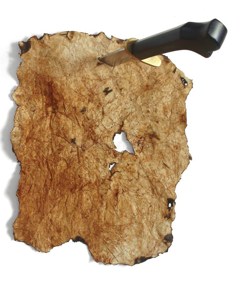 Papel viejo clavado con tachuelas para arriba con el cuchillo fotografía de archivo