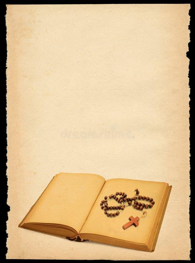 Papel viejo con el libro y el rosario foto de archivo