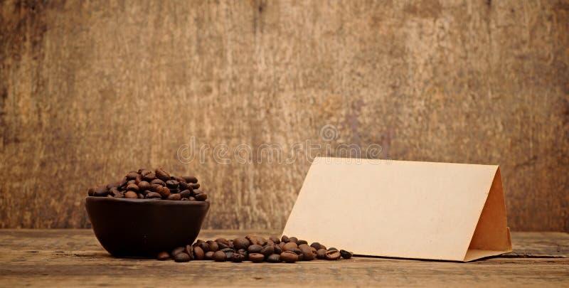 Papel viejo para las recetas y los granos de café fotografía de archivo