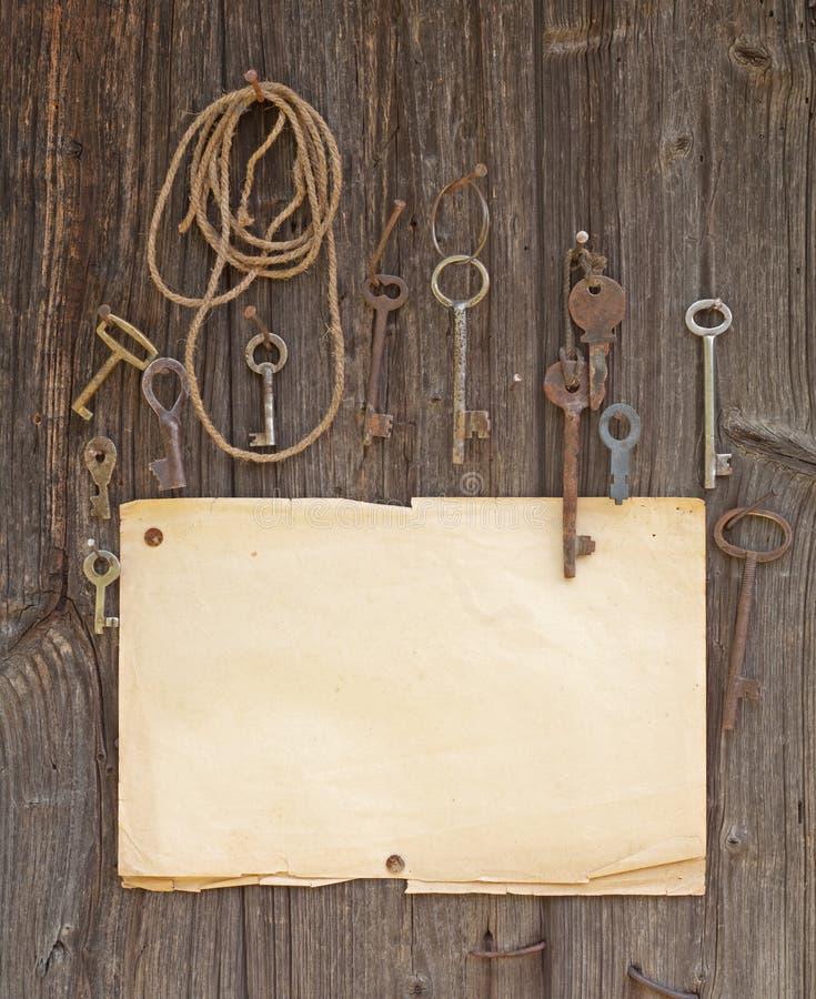 Papel viejo y claves foto de archivo libre de regalías