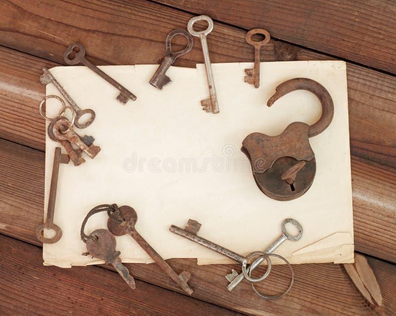 Papel viejo y claves fotos de archivo libres de regalías